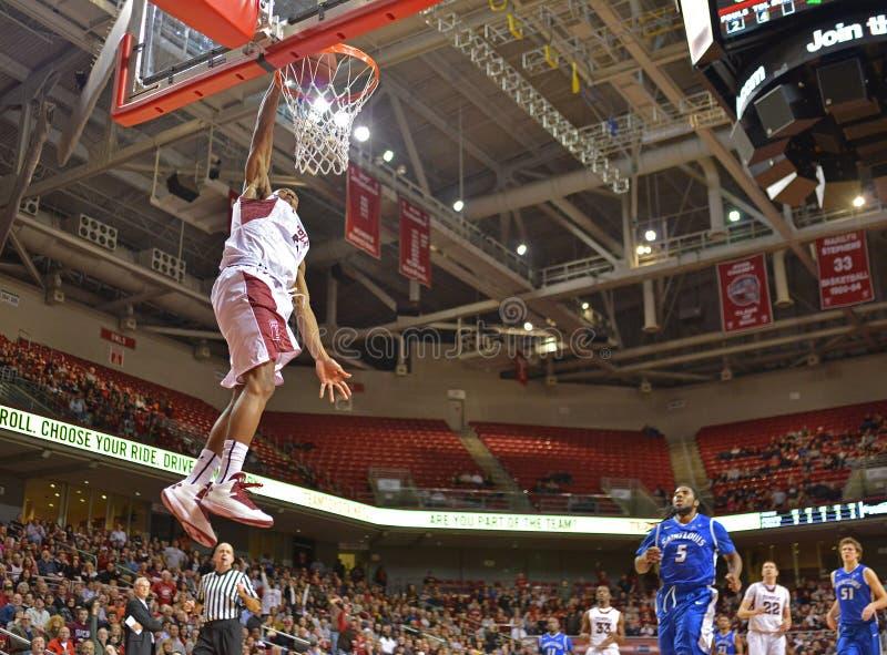 2013 NCAA καλαθοσφαίριση - βρόντος dunk - χαμηλή γωνία στοκ εικόνα με δικαίωμα ελεύθερης χρήσης