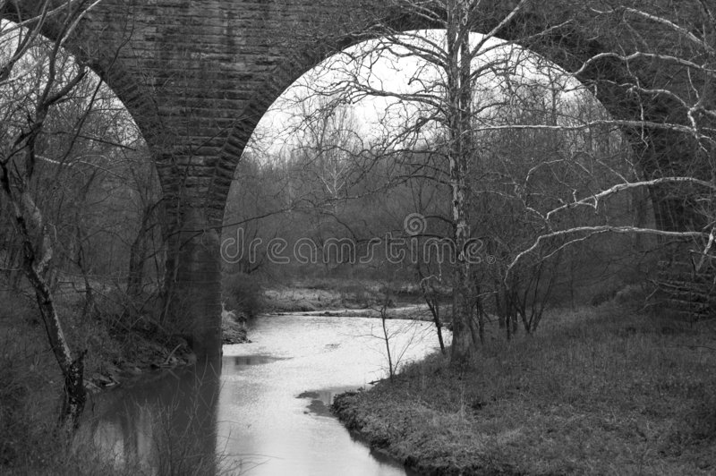 在水之下的桥梁 免版税图库摄影