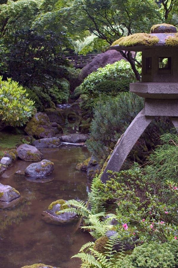 庭院日本灯笼雕象 免版税库存图片