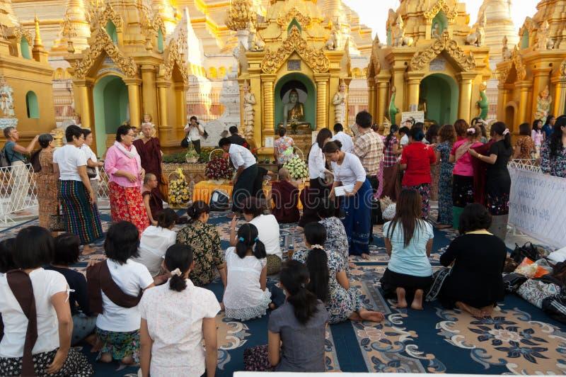 25 feb festivalmyanmar shwedagon yangon arkivbilder