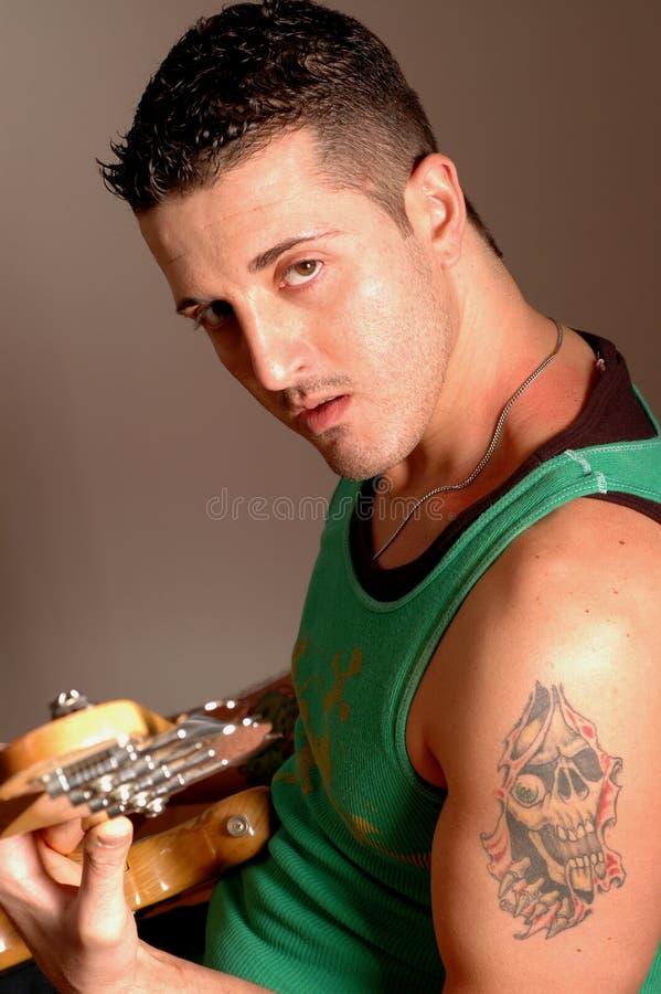 2513低音演奏员纹身花刺 库存照片