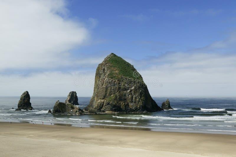 海滩大炮干草堆俄勒冈岩石 库存照片