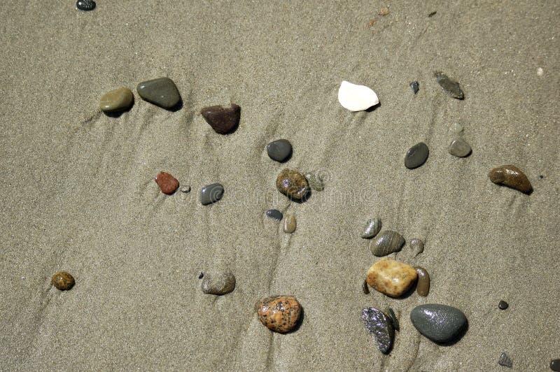 海滩小卵石铺沙场面 免版税库存图片