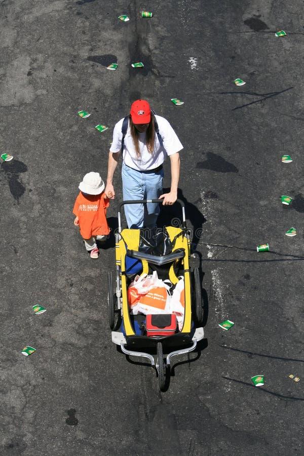 2k rodzinny wózek walk zdjęcia royalty free