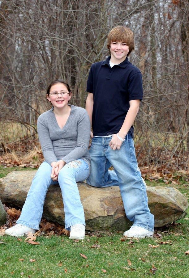 3个愉快的兄弟青少年的年轻人 免版税库存照片
