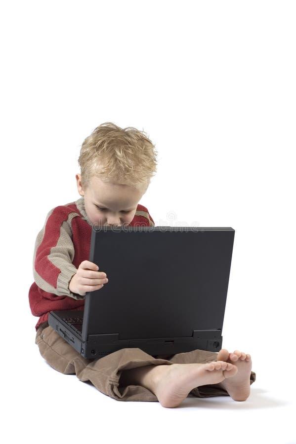 3个男孩膝上型计算机工作 免版税库存图片