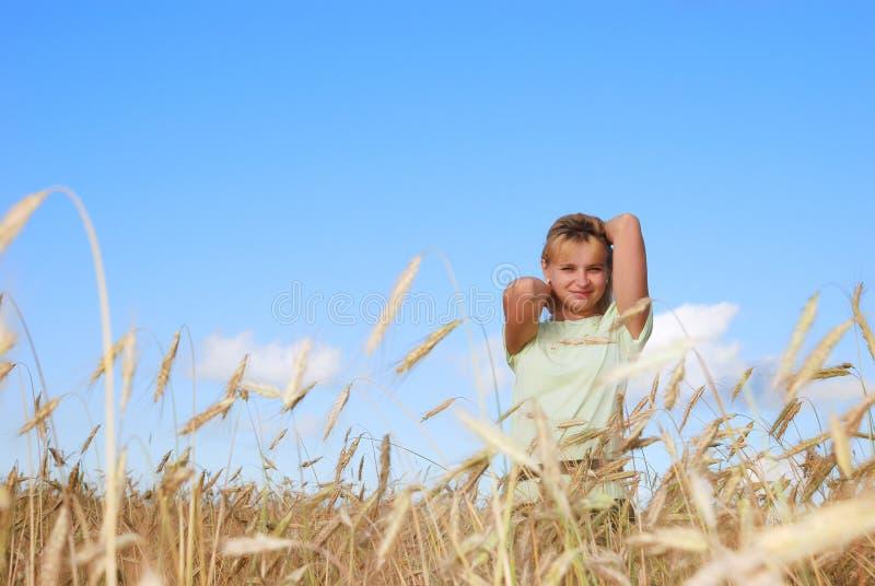 3个秀丽蓝色域女孩天空晴朗的下面年轻人 库存图片