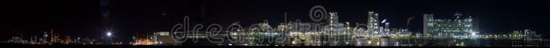 3种化学制品晚上全景工厂视图 免版税库存照片