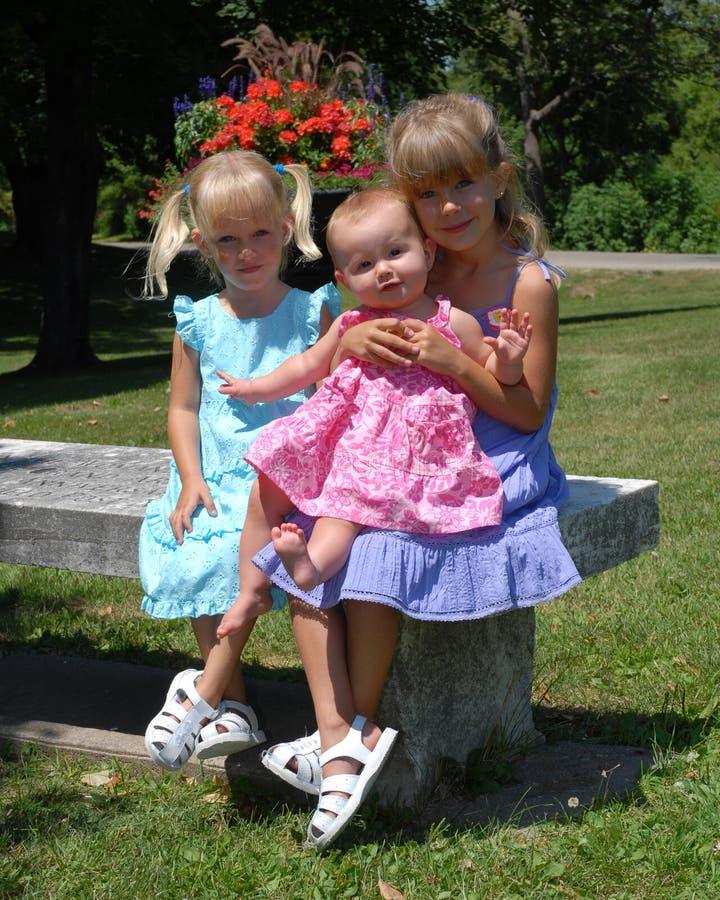 3 сестры в парке стоковое изображение rf