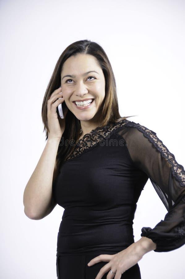 3/4 Mening van het jonge vrouw spreken op telefoon stock foto's