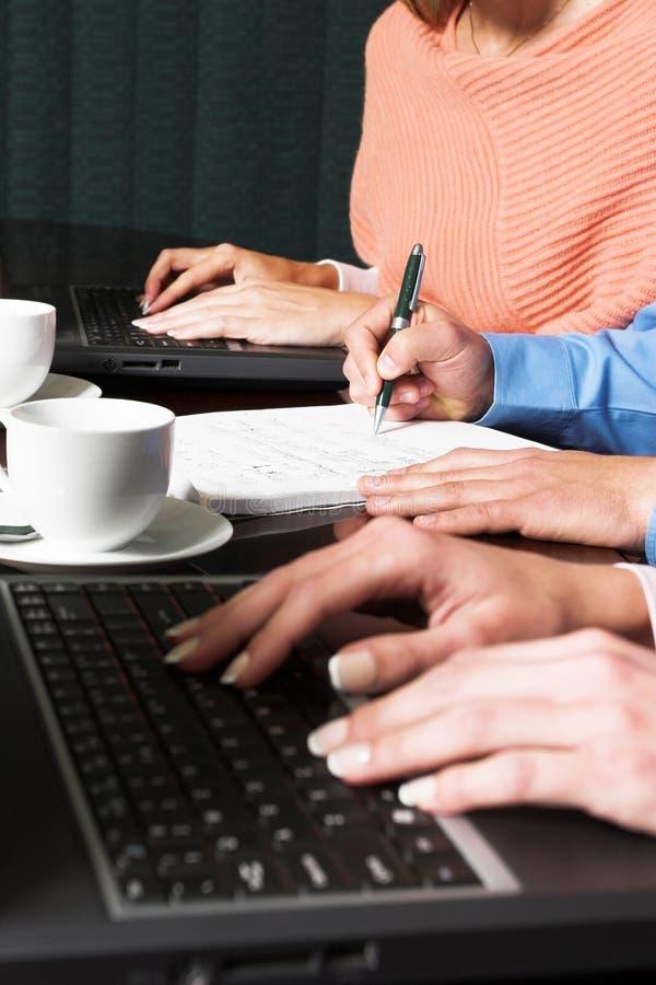Download 3 affärsfolk arkivfoto. Bild av affär, tabell, miljö, kontor - 228760