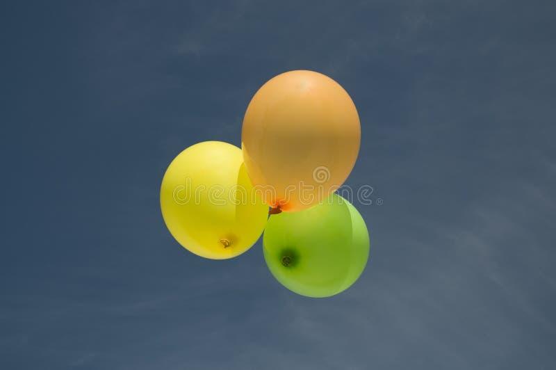 3 baloons in de hemel stock afbeelding
