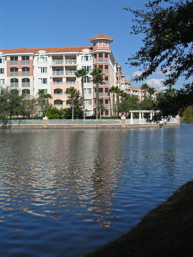 3 budynków jezioro kurortu wakacje zdjęcie stock