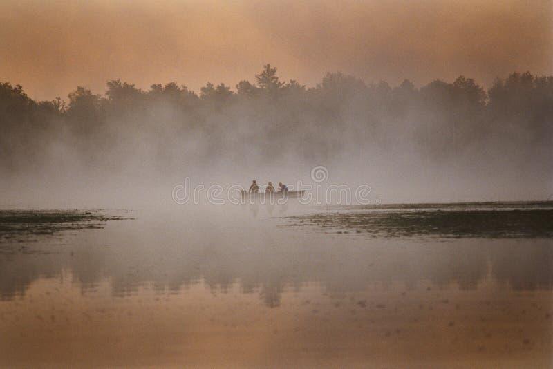 3 homens em um barco fotos de stock