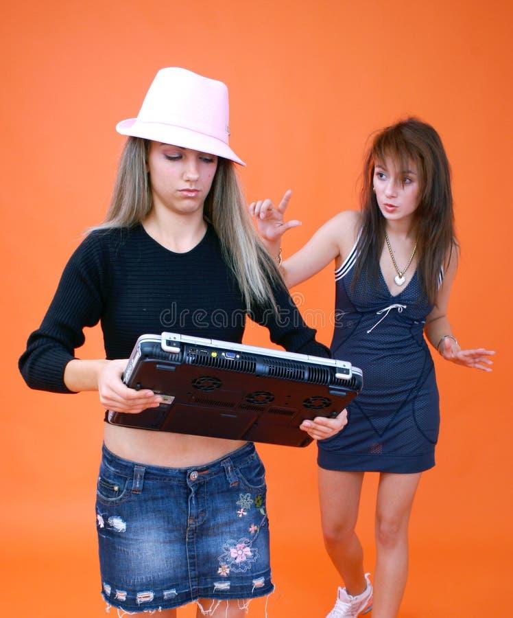 3 laptopa dwie kobiety. obrazy stock