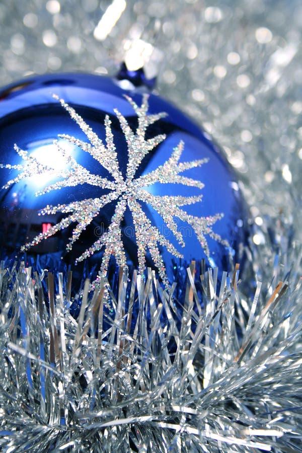 3 niebieskiego koloru ciemnego szkła s kuli nowego roku zdjęcia stock