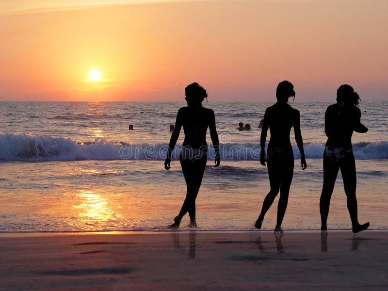 3 ragazze alla spiaggia fotografia stock libera da diritti