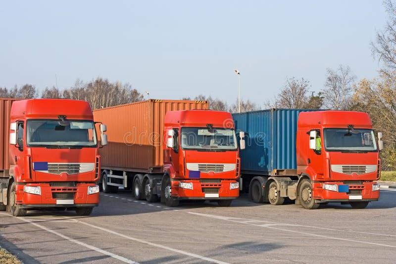3 semi vrachtwagens bij het dok van de pakhuislading stock fotografie