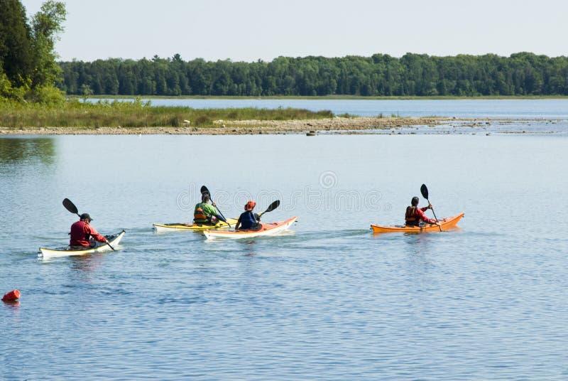 3 som kayaking arkivfoto
