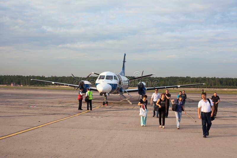 304飞机出来乘客saab 库存图片
