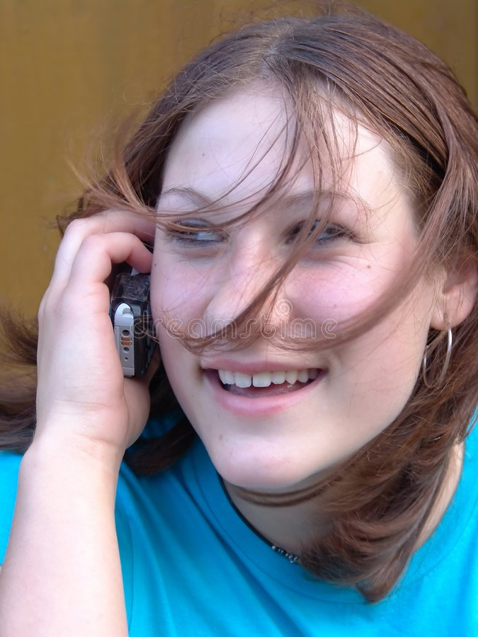 移动电话联系青少年 库存照片