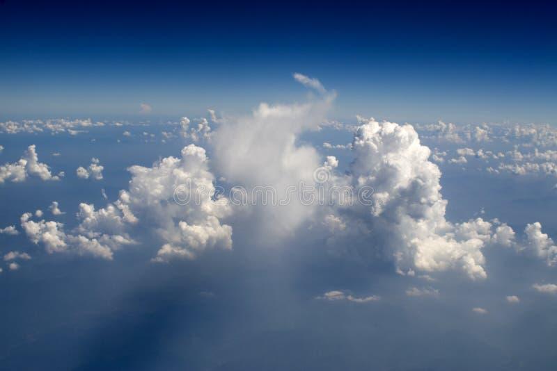32朵云彩飞行视图 库存照片