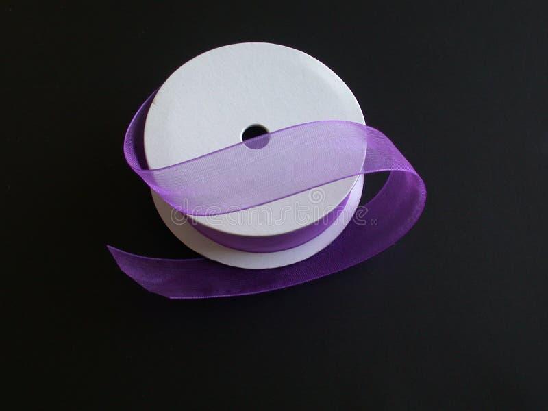 背景黑色我紫色丝带