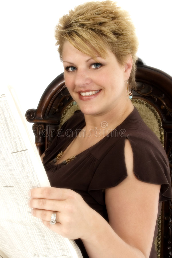35 gammala kvinnaår för härlig tidning royaltyfri bild