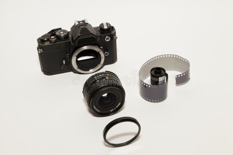 35mm Kamera und Rolle des Filmes stockfotografie
