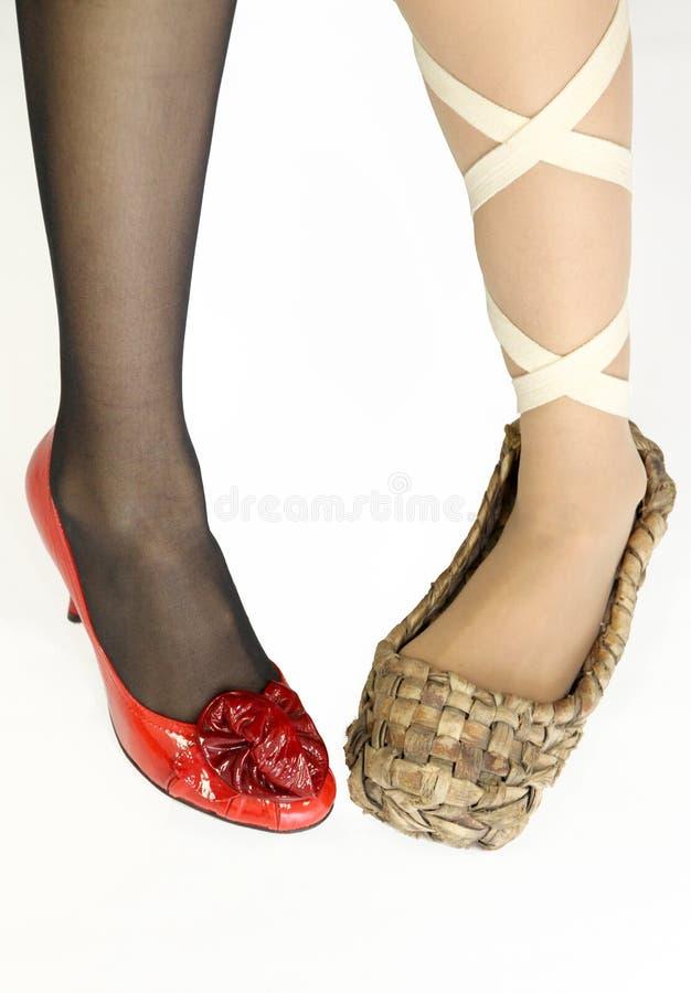 4新的老s穿上鞋子妇女 库存照片