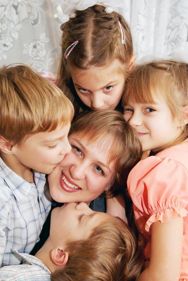 4 дет целуя мать. Принципиальная схема семьи стоковые фото