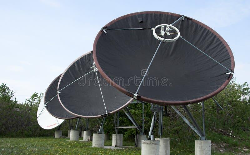 4 тарелки спутниковой стоковые изображения