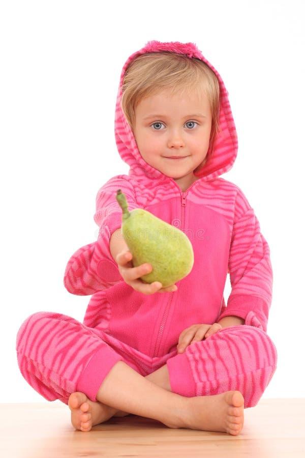 4 Jahre alte Mädchen mit Birne stockfoto