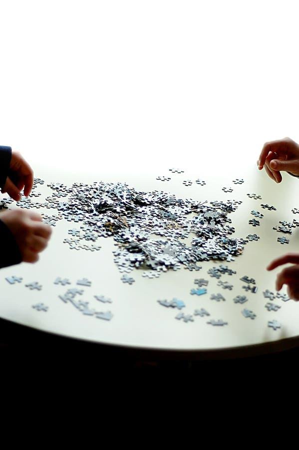 4 mains faisant un puzzle image stock