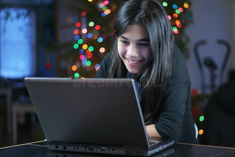 4 nastolatek działanie laptopa dziewczyn. obraz stock