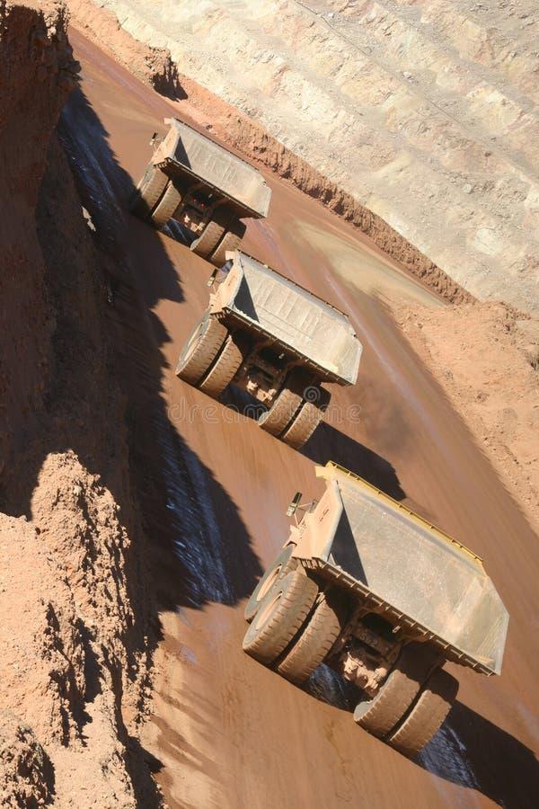 Download 4 truck έλξης στοκ εικόνα. εικόνα από ορυχείο, κίτρινος - 387169