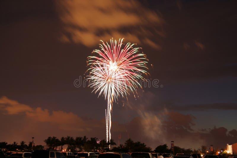 Vuurwerk dat in hemel exploderen stock afbeelding