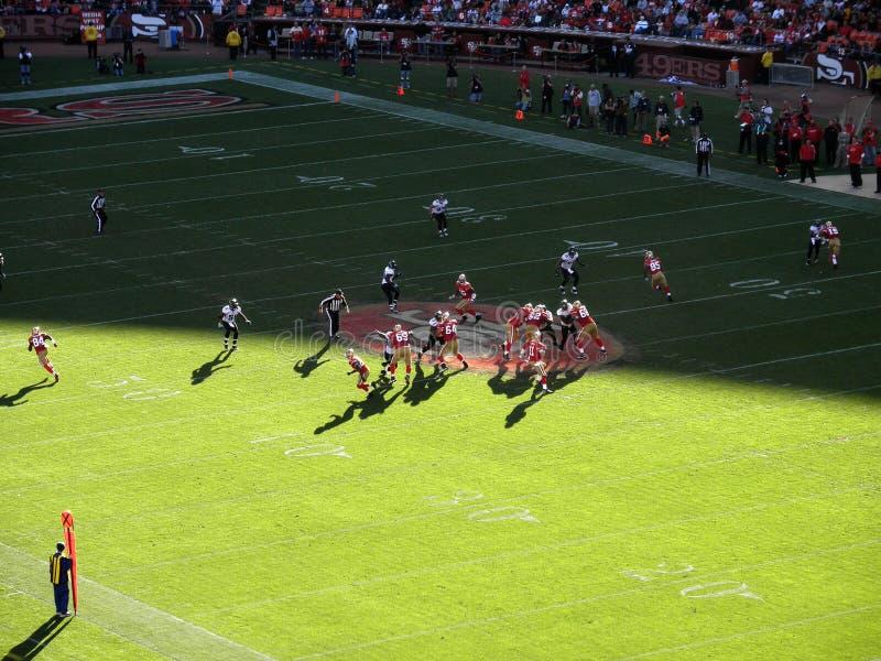 49ers查找行动匠投掷的亚历克斯 免版税库存照片