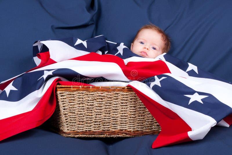4to del bebé de julio en una cesta fotos de archivo libres de regalías