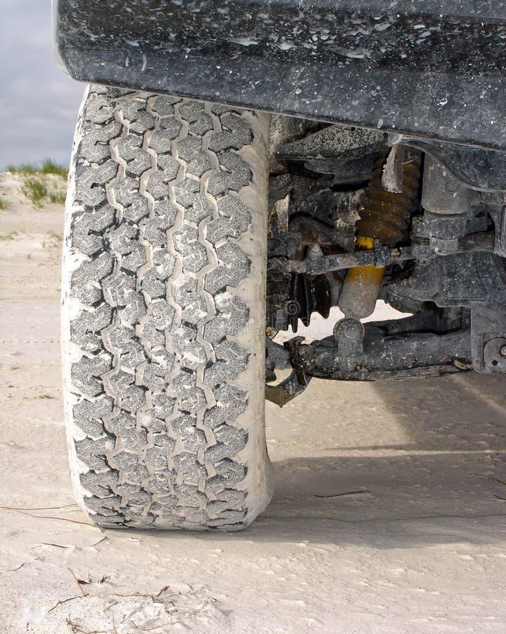 4wd ελαστικό αυτοκινήτου άμμου στοκ εικόνες