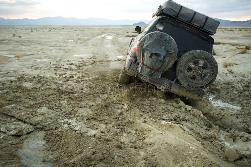 4x4 ha attaccato nel fango al tramonto immagine stock libera da diritti