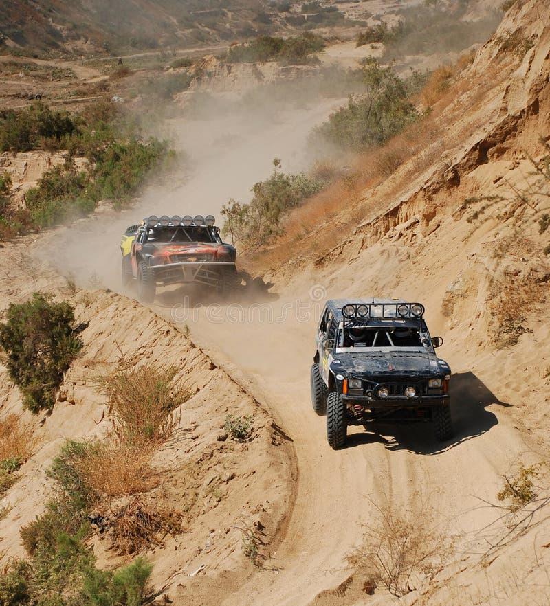 4x4 weg vom Straßen-LKW-Rennen stockfotos