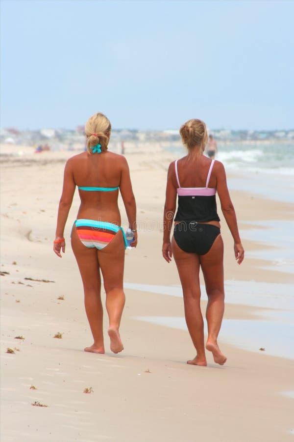 5个海滩金发碧眼的女人棕褐色 免版税库存照片