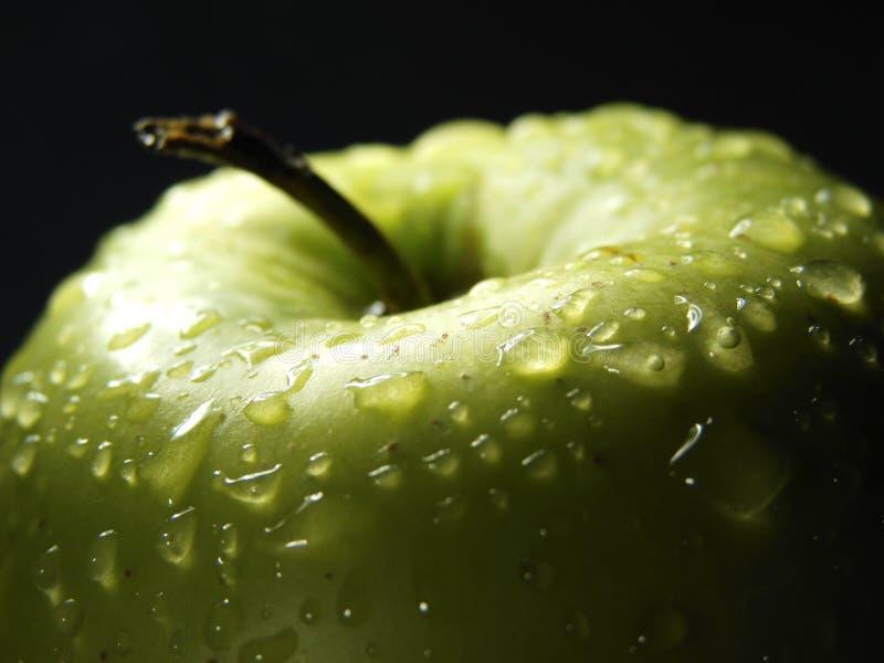5个苹果黑色特写镜头新绿色 免版税库存照片