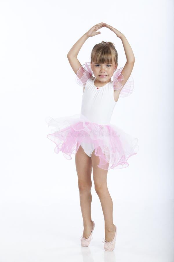 5 år för nytt gammalt pos. för ballerinabalett försökande royaltyfria foton