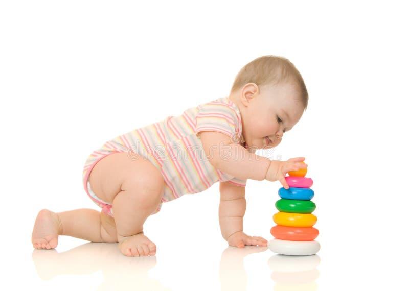 5 behandla som ett barn den isolerade små toyen för pyramiden royaltyfri bild