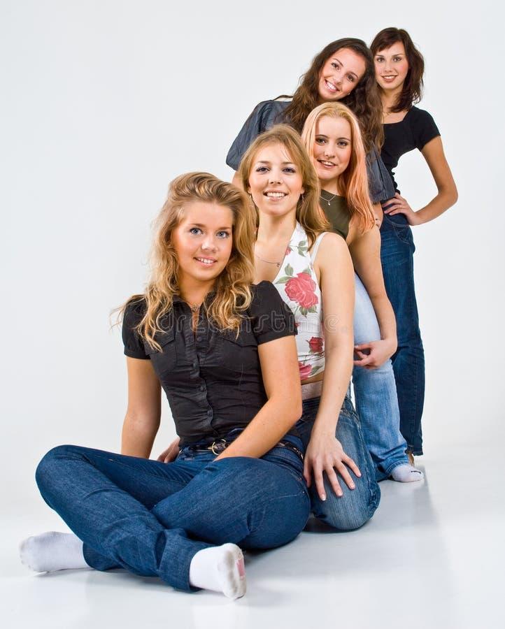 5 unga attraktiva vänner royaltyfri fotografi