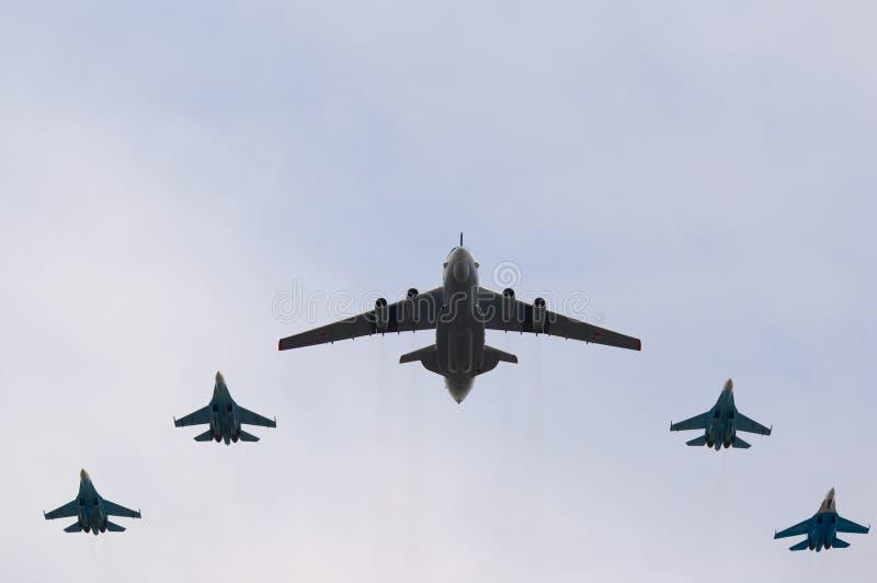 A-50 vole avec l'escorte de chasseur image stock
