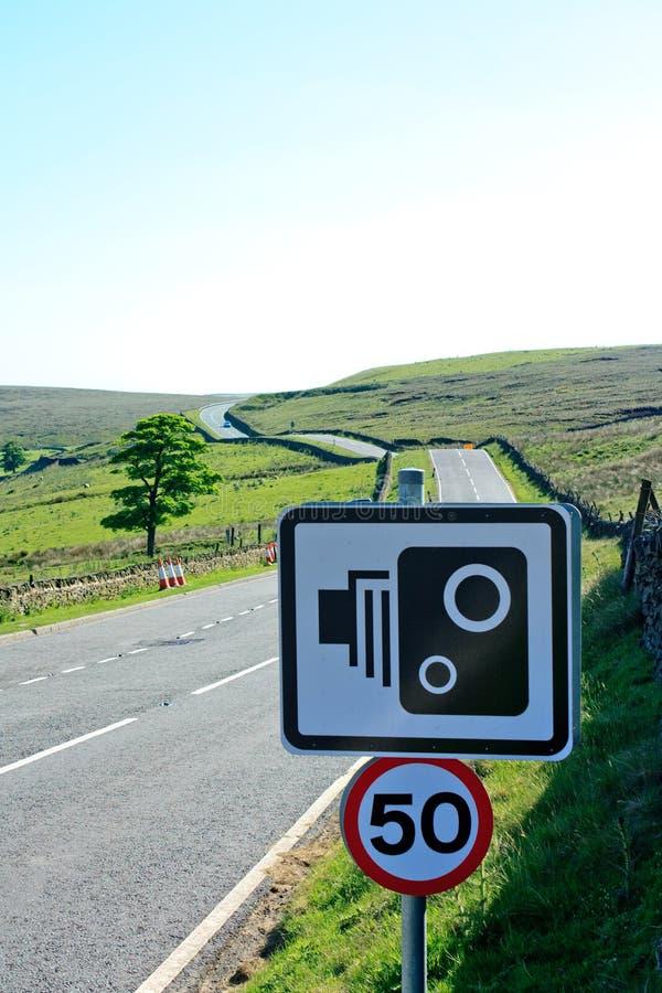 50mph het teken van de snelheidscamera met snelle heide binnen weg royalty-vrije stock afbeelding