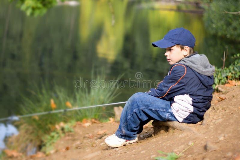 6 años del muchacho del pescador fotos de archivo